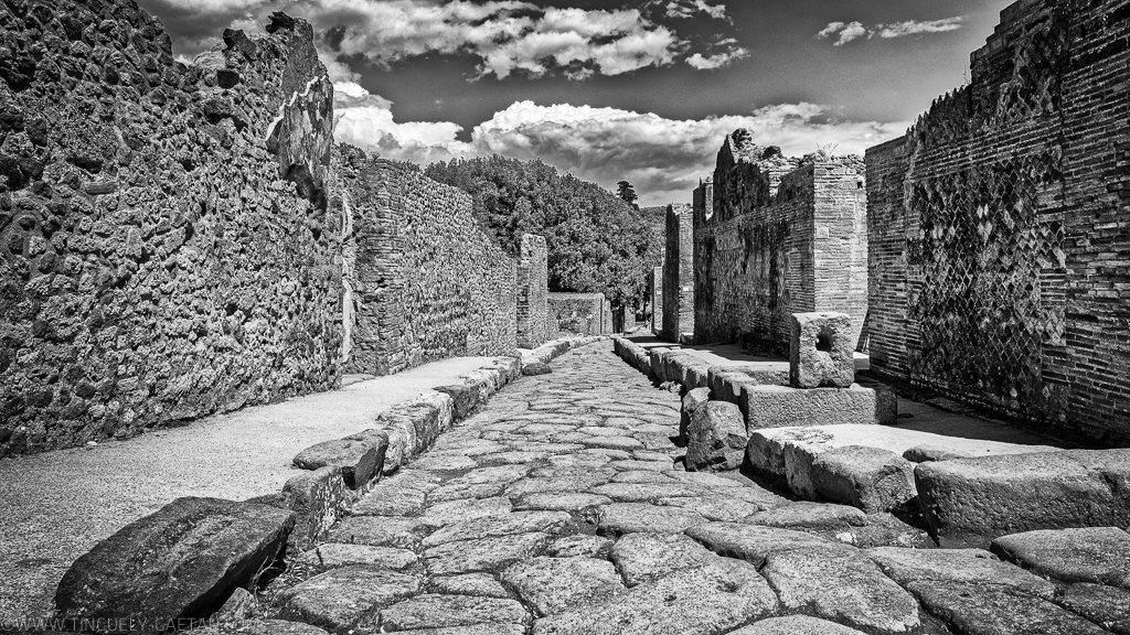 black and white, italia, italie, monochrom, naples, Nuages, pompei, pompéiscavi, scavi pompei, www.tinguely-g.com, tinguely
